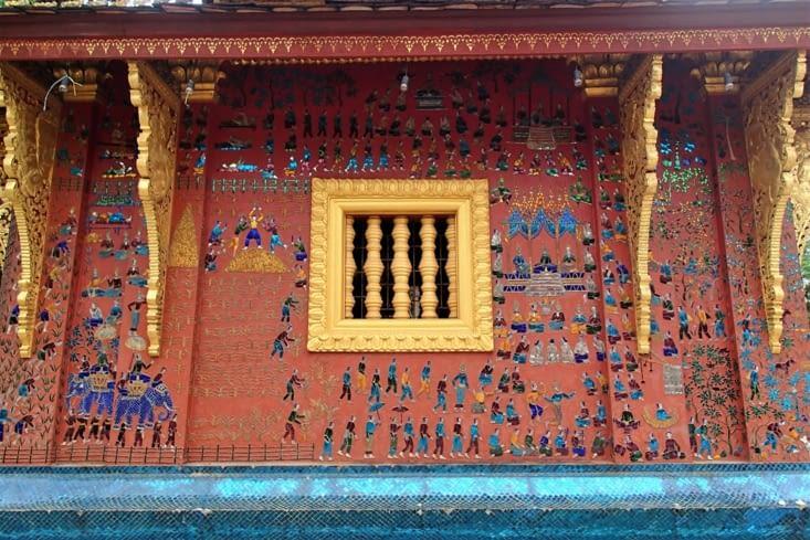 Les murs extérieurs de ce temple sont couverts de mosaïques en verres colorés.