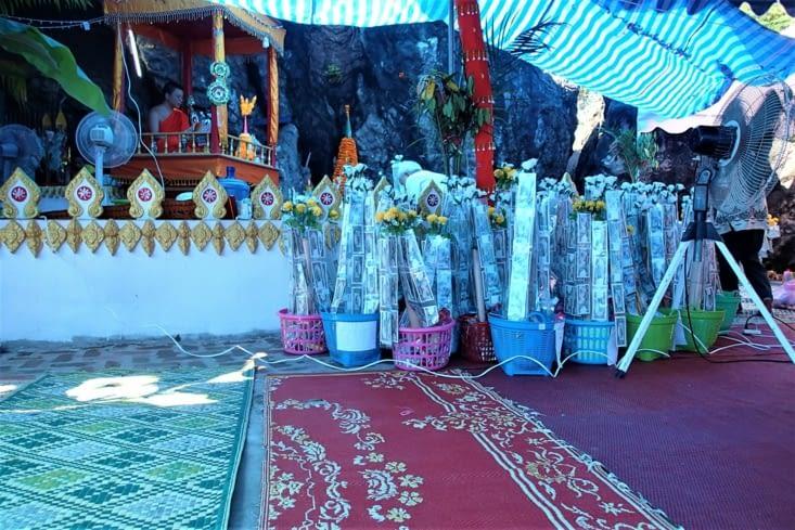 Sur la route, on tombe sur un temple dans la montagne où une cérémonie était en cours.