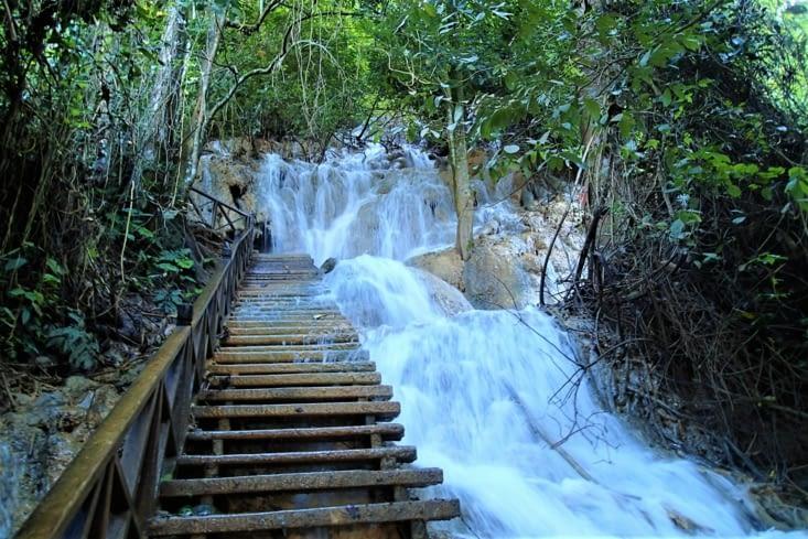 Une balade est même possible pour remonter la grande cascade !