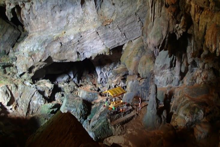 Sur le même site, il y a la cave Tham Phu Kam à visiter. Impressionnante pour sa grandeur.