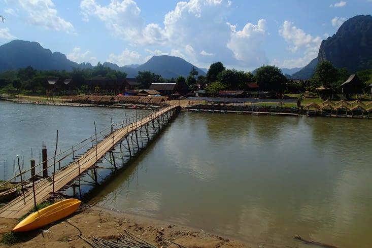 On traverse ce petit pont charmant fait avec le bambou du coin !