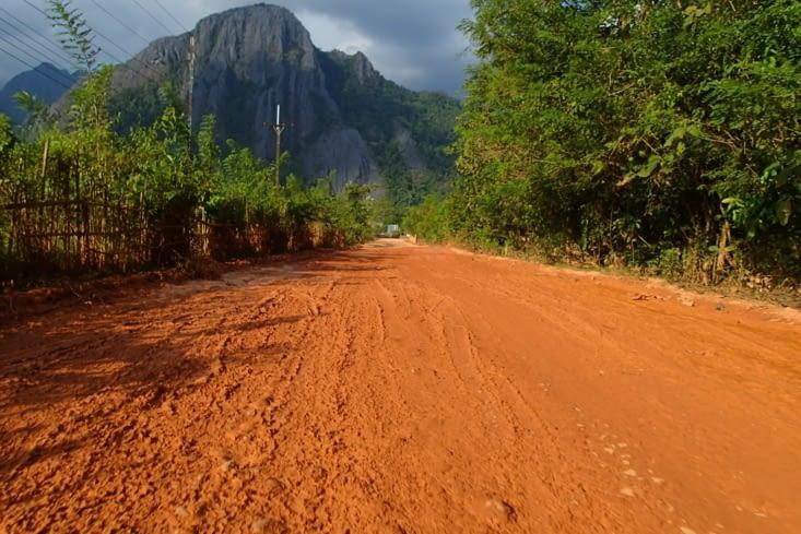 Le lendemain, on décide de s'enfoncer dans les montagnes mais les routes sont défoncées.