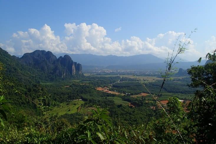 On a une super vue sur la vallée et ses montagnes karstiques (calcaires).