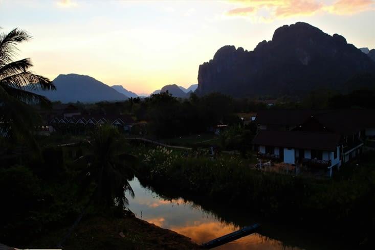 On finit la journée par un beau coucher de soleil depuis la terrasse de notre chambre.
