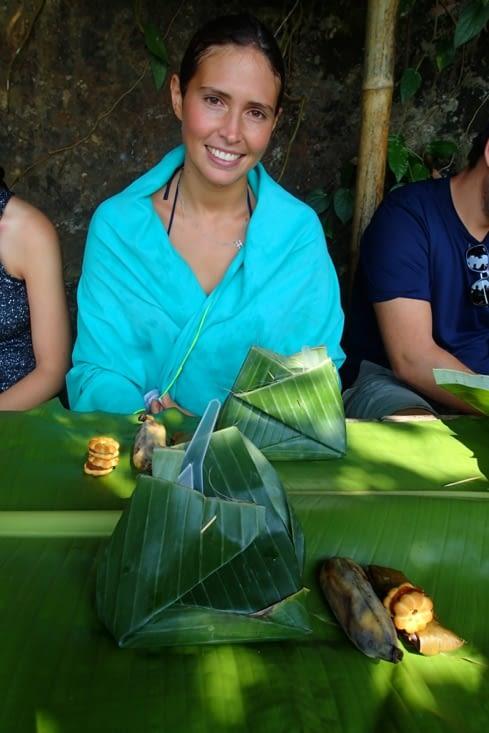 Voici notre lunch. Bien emballé dans des feuilles de bananier. Bon appétit !