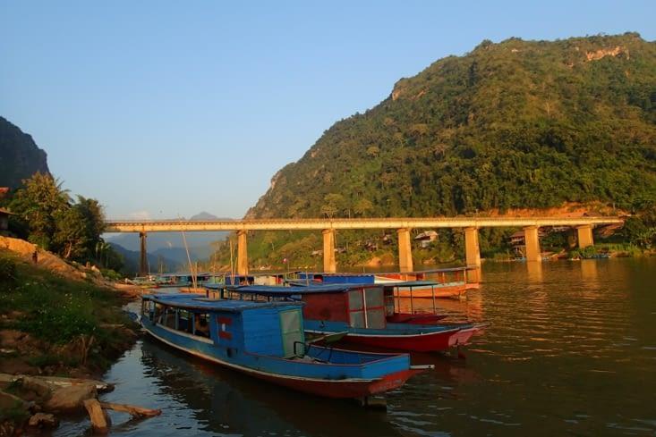 Retour à Nong Khiaw sous un beau coucher de soleil sur la rivière.