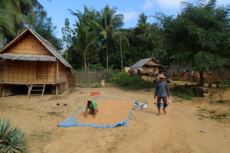 On commence d'abord par visiter un village isolé uniquement accessible en bateau.