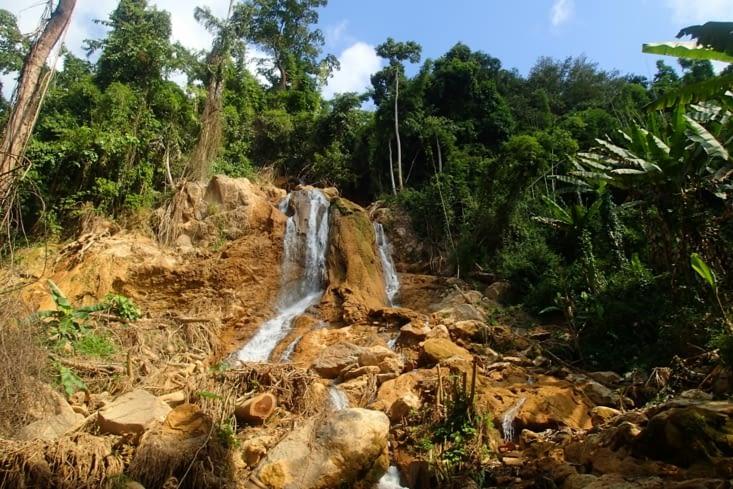 La randonnée consiste à remonter, les pieds dans l'eau, les cascades qui se succèdent.