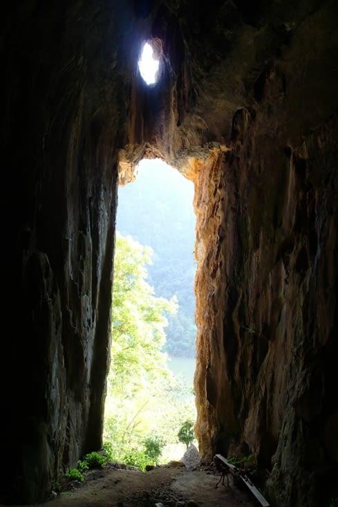 Exploration de la cave Pha Kuang qui a servi de refuge pendant la guerre du Vietnam.