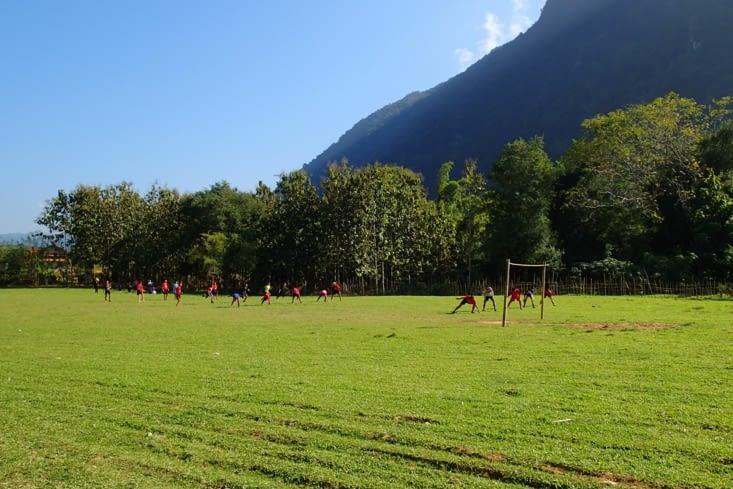 De retour à Muang Ngoy, on a pu se divertir devant le cours de sport du jour : le relais !