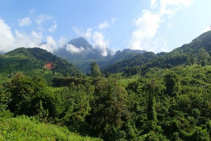 Direction les 100 waterfalls au milieu d'une nature luxuriante.
