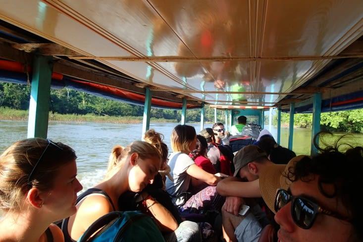Direction Muang Ngoy à bord d'un slowboat. Sorte de petite barque à moteur.