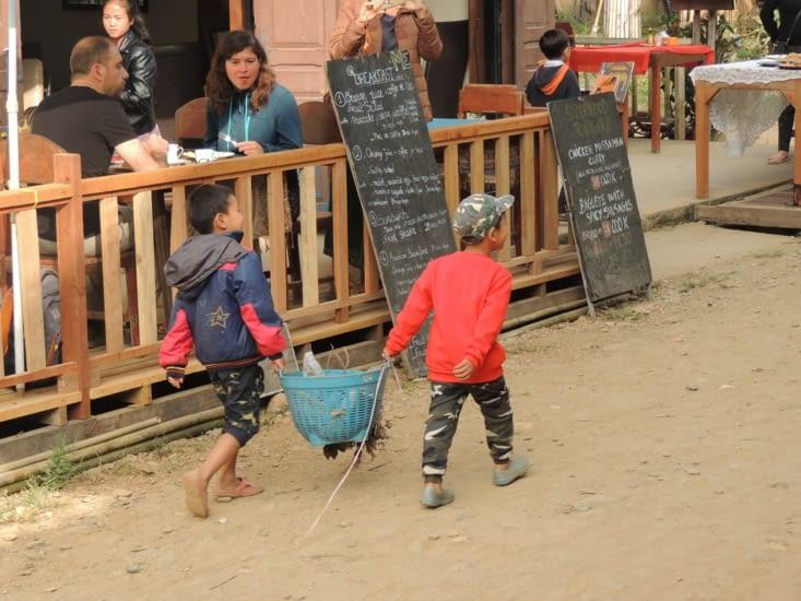 D'ailleurs on lui a piqué cette photo ! Des enfants ramassant les déchets avant l'école ?