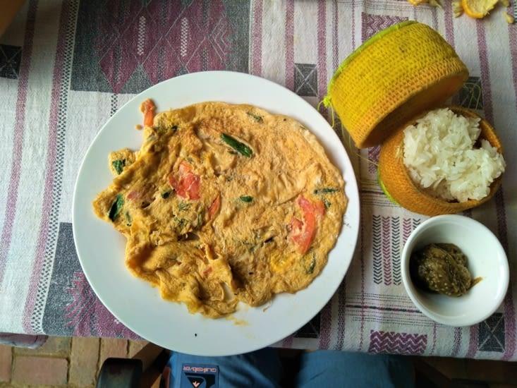 Après une bonne nuit, on prend un déjeuner typique laotien. Juste trooooop bon !!!!!