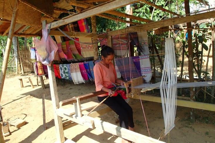 Nous voici à Ban Na, petit village de tisserands. Là on est vraiment dans l'authentique !