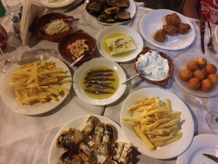 Mezzes = tapas grecques avec Fêta , Aubergines,  tzaziki, pain à l'ail, anchois etc...
