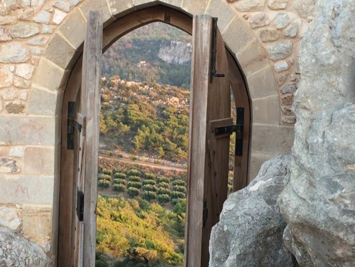 Porte du Château côté pile vue sur la montagne ( côte face vue sur la mer ! )
