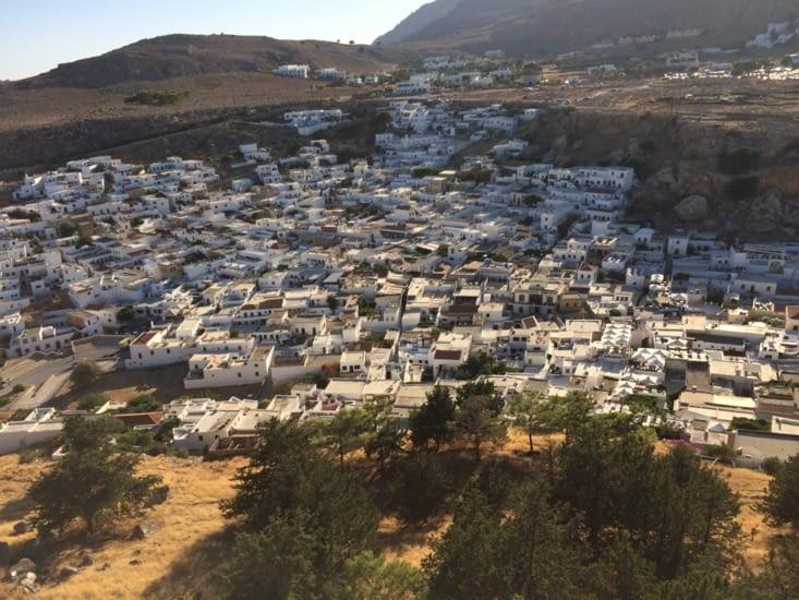 Village vue des escaliers qui montent vers l'acropole