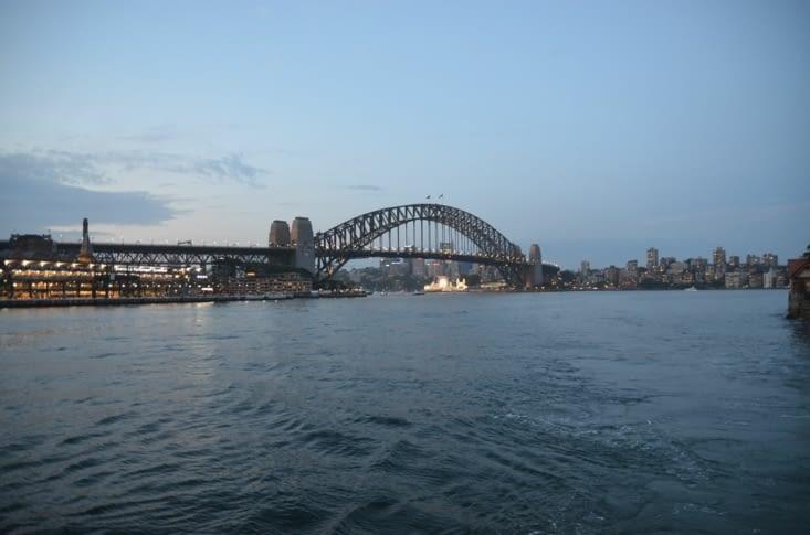 L'Harbour bridge depuis le ferry à la tombée de la nuit