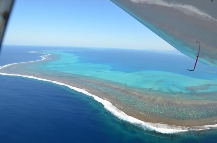 Le lagon avec les coraux en griffe de lion qui plongent dans le tombant du Pacifique