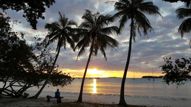 Le couché du soleil sur la baie de Kuto
