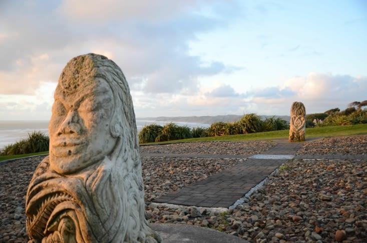 Des sculptures représentant les 4 éléments face à la baie de Raglan