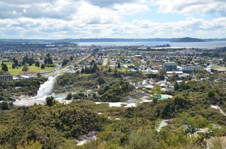Point de vue sur la ville de Rotorua et le fameux geyser Pohutu