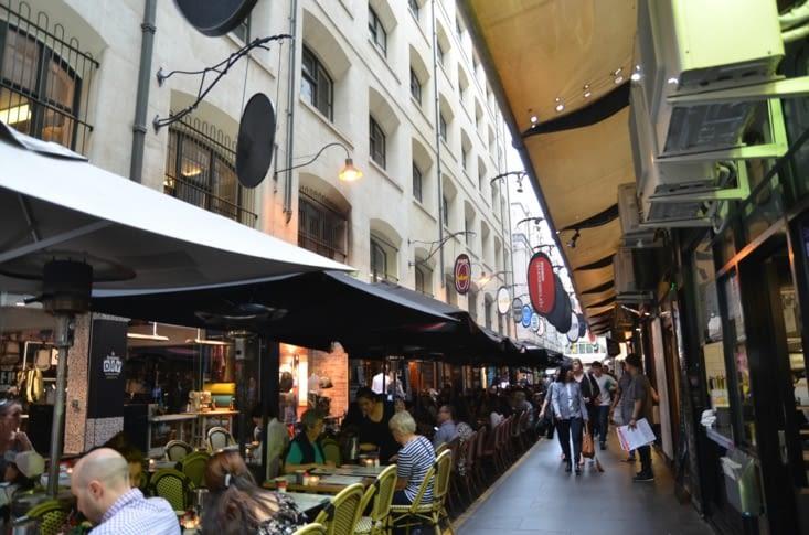 Rue réputée pour ses cafés