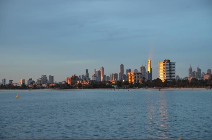 La vue sur le CBD de Melbourne depuis la jetée