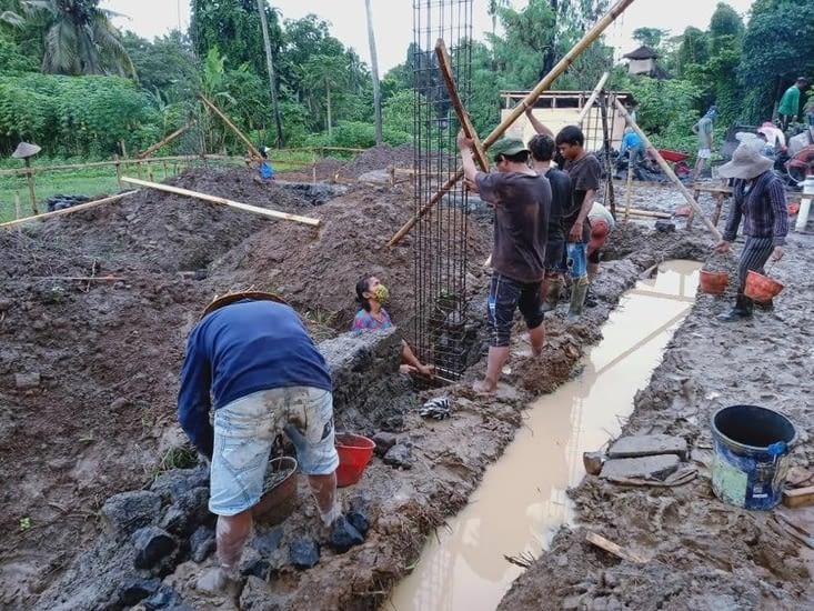 Les fondations à la main … dans la boue !