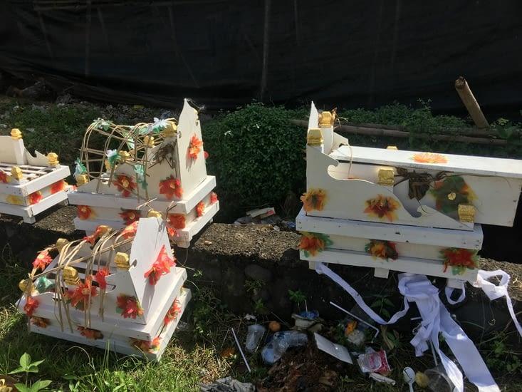Les boîtes regroupent les os d'une personne décédée de la famille