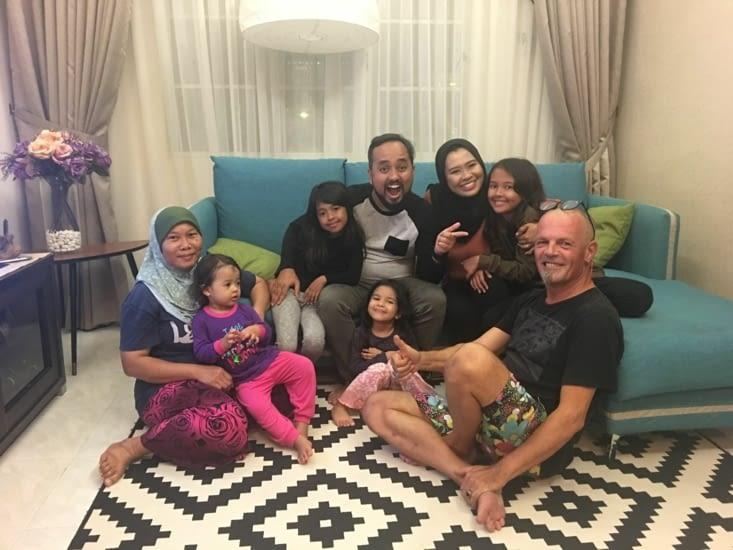 Au, Irwin, Bibik, Qistina, Zara, Ana et Nisa
