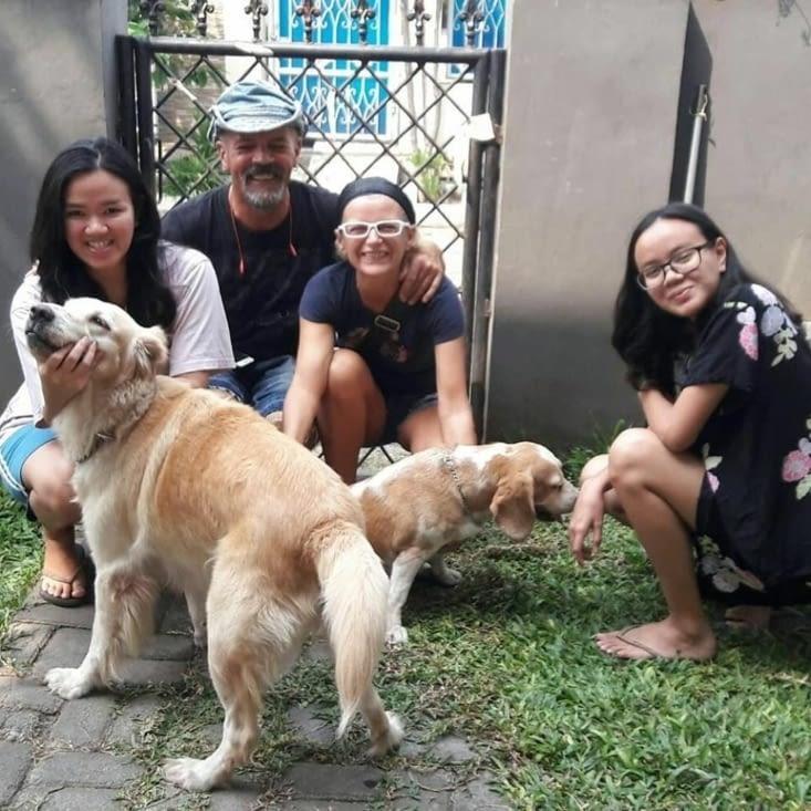 Toute la famille de Dennis à Jakarta. 3 jours passes chez eux. Adorable !