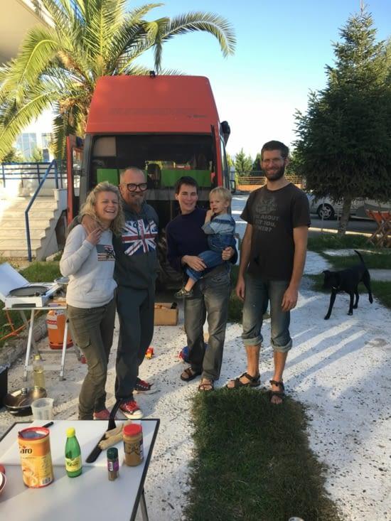 Bastian, Yvonne, Jacek, Tarek et le chien Lucifer ! famille d'Allemand qui parcourent toute l'Europe en famille et ce depuis des mois. Leur blog de voyage : das-ziel-ist-weg.net