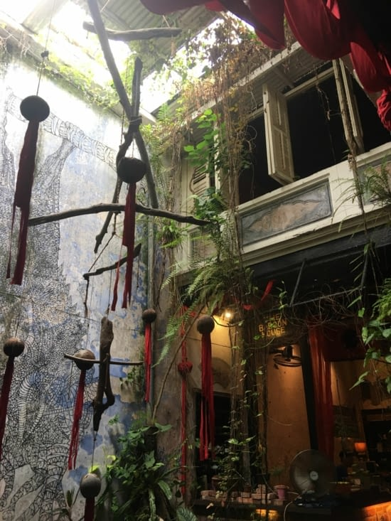 Offbeat atmosphere: a gallery, a place for mini concerts with recycling decoration