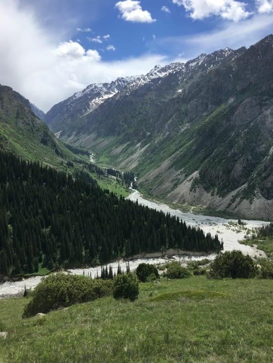 Les montagnes et les rivières au Kirghizistan