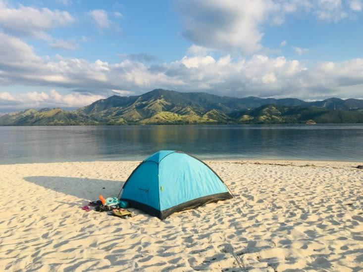 Notre bivouac seul au monde sur une île de Rutong à Florès en Indonesie