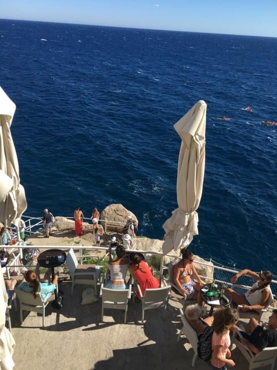 """Un bar """"lounge"""", perché sur une falaise près de la citadelle de Dubrovnik"""
