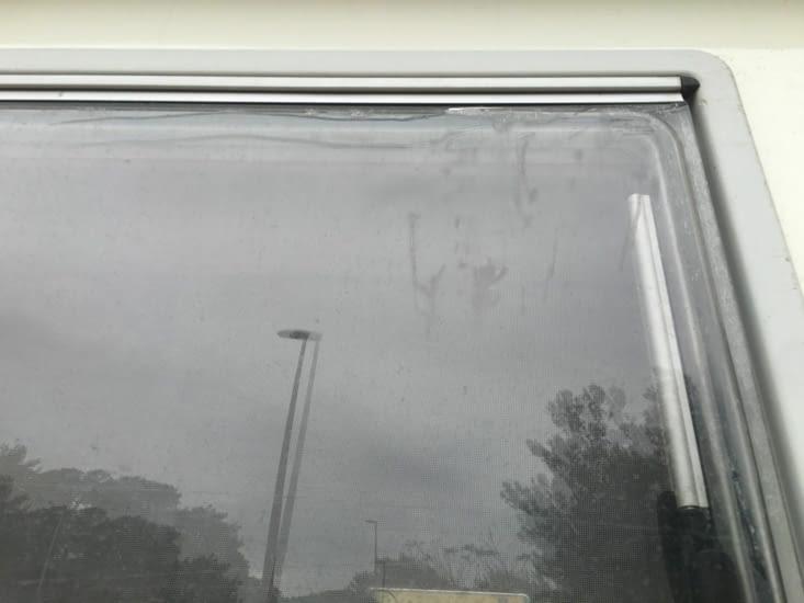 Grèce : Réparation express de notre vitre en plexiglass cause casse légère
