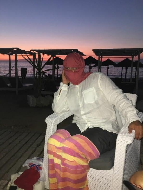 """Le probleme """"prise de tête"""" le soir pour admirer les couchers de soleil, c'est les """"Moskitos"""". Donc chacun sa méthode : la crème, retour à la maison où la carapace de fortune !!!!! Un Anglais en Émir, quoi de plus normal !!"""