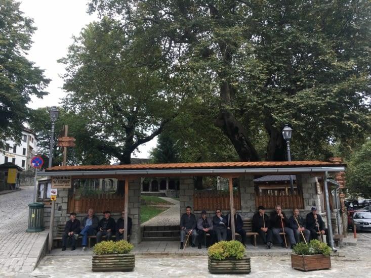 """Le classique en Grece ...... Les """"anciens"""" papottent sur un banc pour parler du bon vieux temps ...... ou il n'y avait pas la crise !!"""