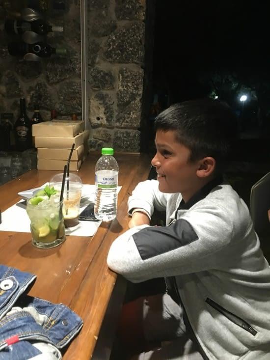 Devinette: Que boit l'enfant? de l'eau, un café frappé ou un mojito? Un nain de jardin à gagner