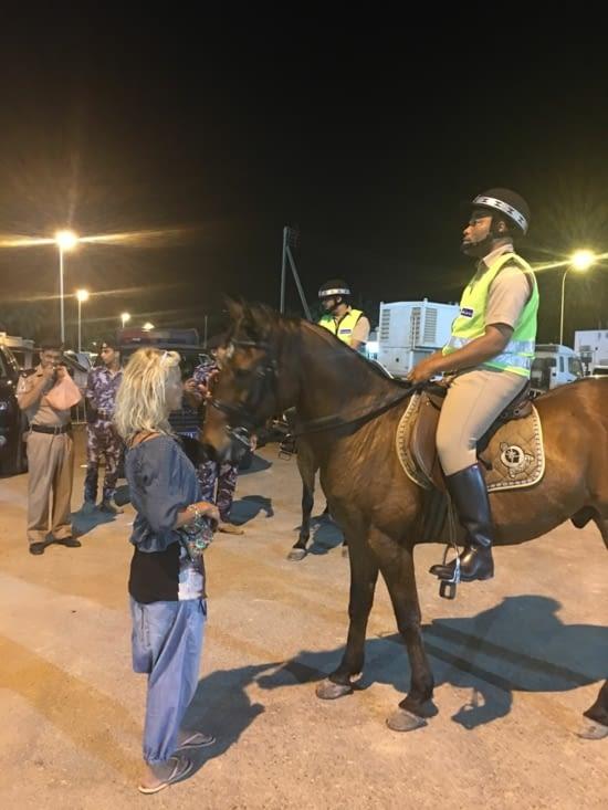 """""""La femme qui parler à l'oreille des chevaux"""" ... de la police !!!"""
