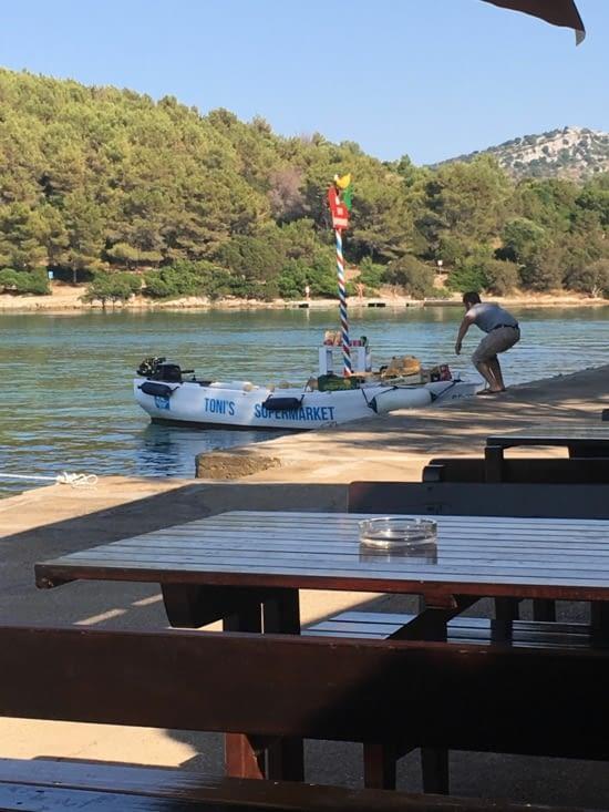 Croatie : Le drive supermarket pour livraison aux riches voiliers dans la baie ....
