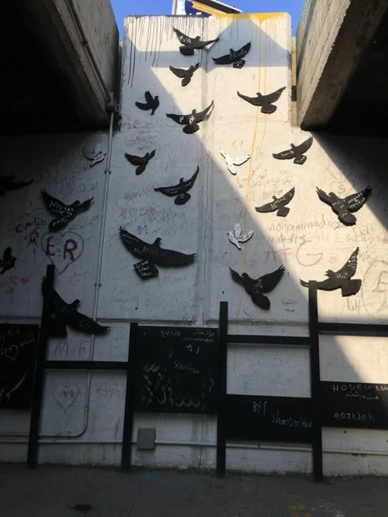Message laisses sur des oiseaux en métal sous un pont en Iran ...