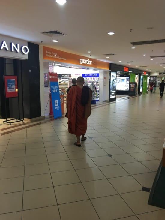 Même les moines Bouddhiste vont au Duty Free !!!