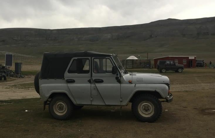 Mongolie : la Jeep Russe qui passe partout ! Un vrai Tank