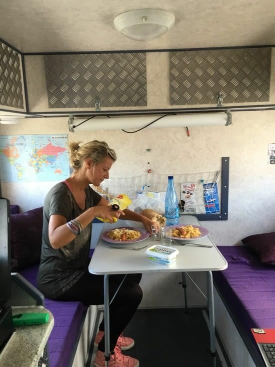 On joue à la dînette dans notre Zebramobile !!!