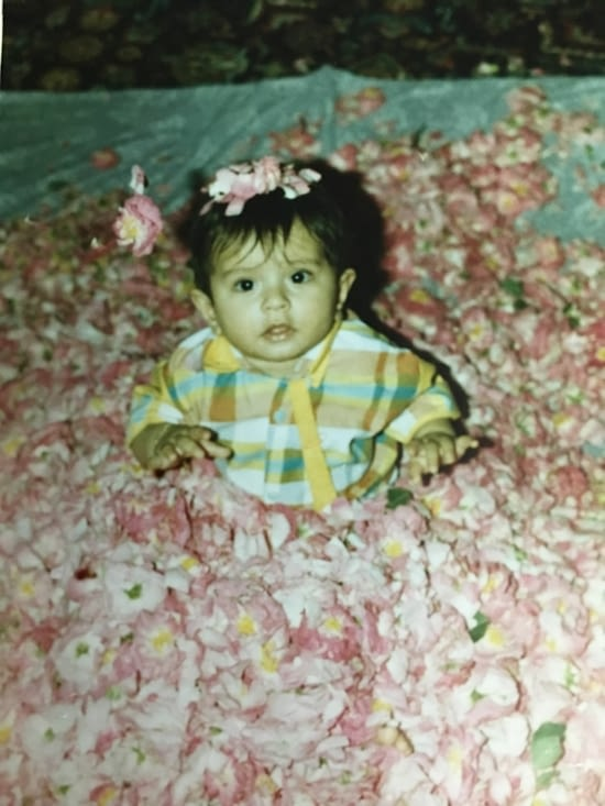 Une tradition en Iran : les bébés dans un bain de pétales de rose