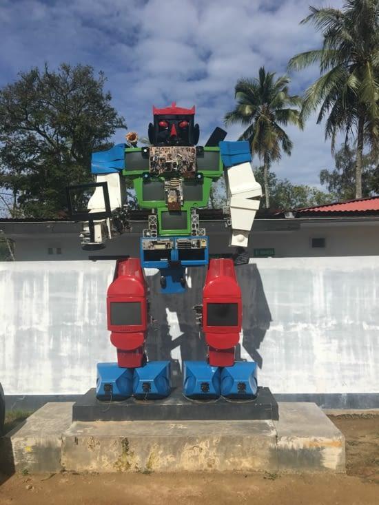Robot construit avec des télés, informatique et électronique !